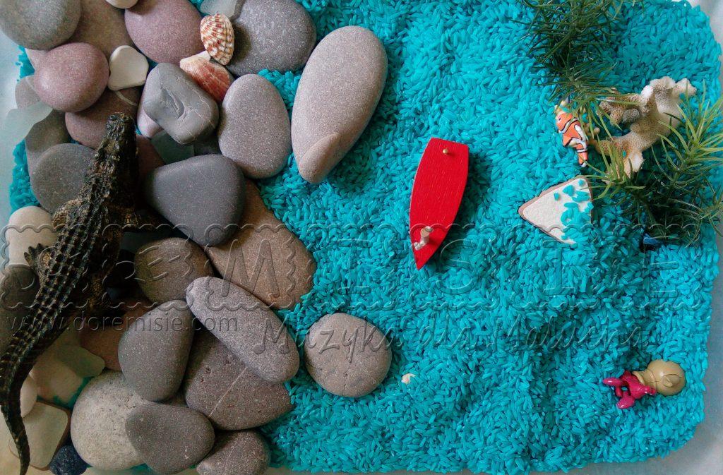 doremisie zajęcia język angielski dla dzieci morze barwiony ryż na niebiesko rybka kamyki wodorosty zabawa sensoryczna