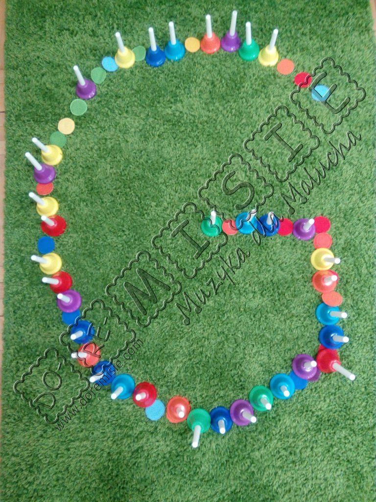 litera g duża na dywanie kolorowe dzwoneczki doremisie muzyczne abecadło