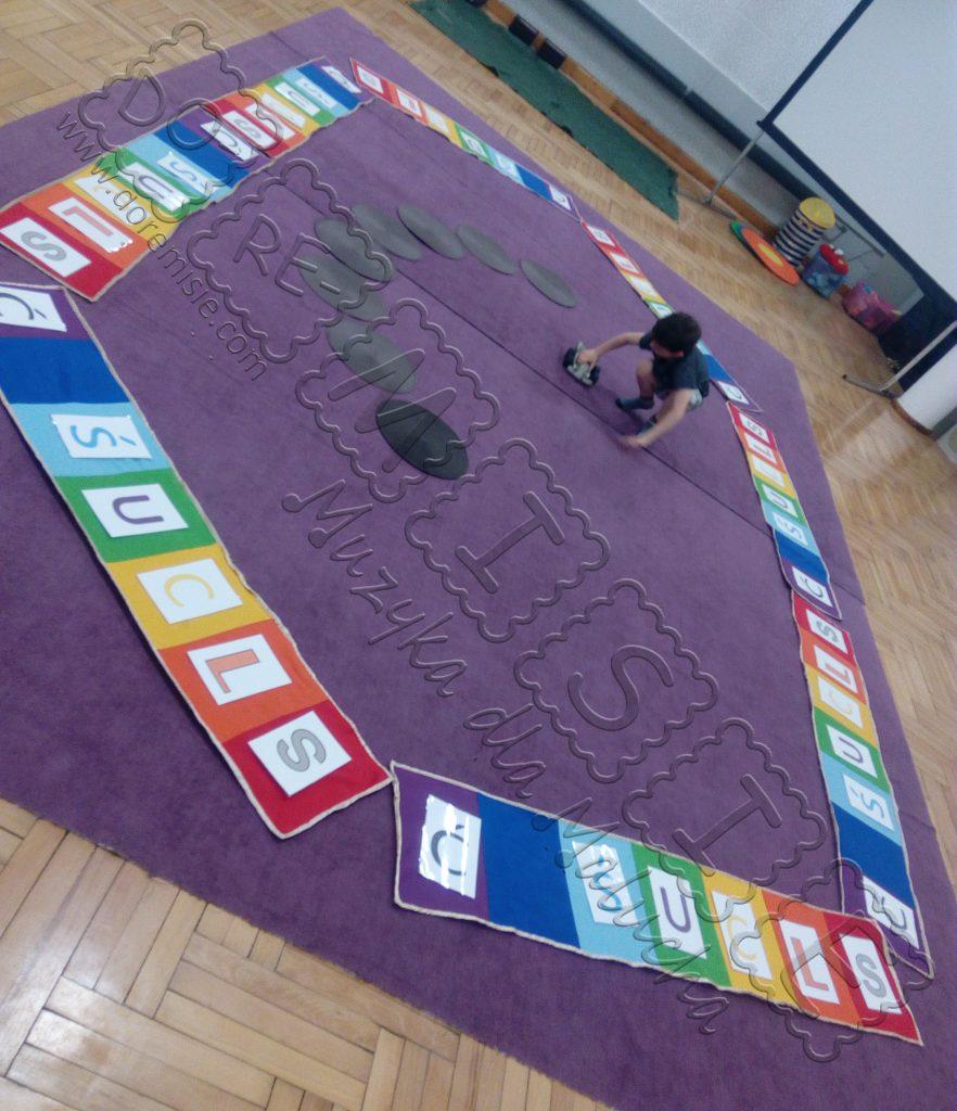 doremisie muzyczne abecadło kolorowe litery ścieżka dziecko się bawi literami