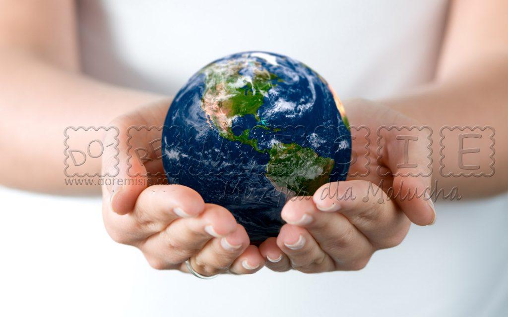 rozwojowe zajęcia dla maluchów świat na dziecięcej dłoni kula ziemska ręce